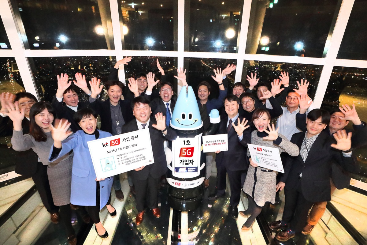AI robot Lota and KT officials at the 5G service launch in the Lotte World Tower