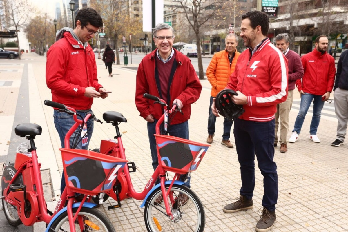 Mayor Joaquin Lavin welcomes the Scoot e-bikes to Santiago