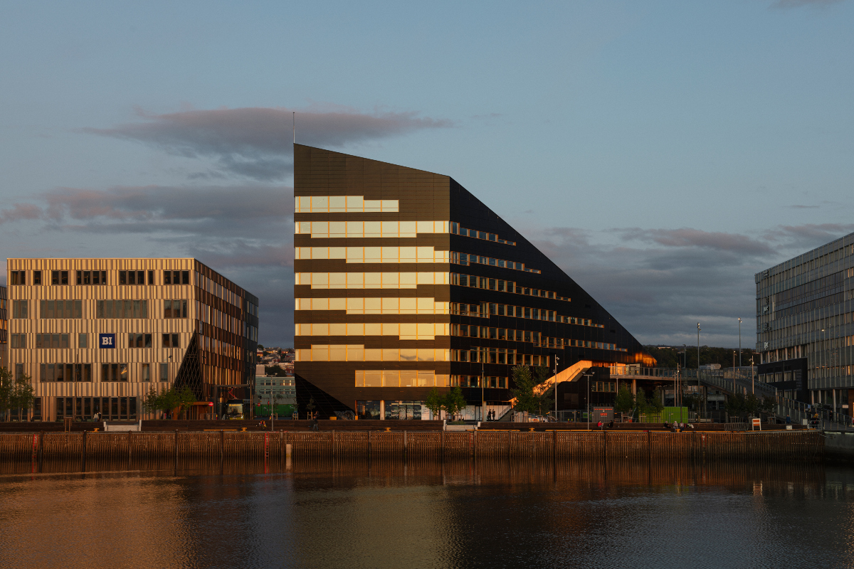 The waterfront façade is the slimmest face of the building. Copyright: Ivar Kvaal